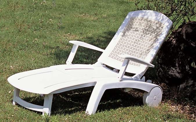 Tumbona en resina blanca kettal deco mobiliario de jardin for Mobiliario piscina