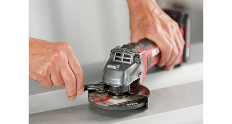 Potente amoladora de batería Skil muy facil de manejar gracias a su reducido peso y diseño compacto