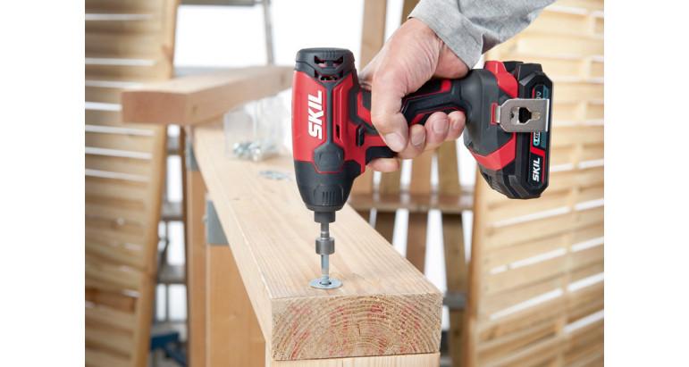 Atornillador de impacto Skil a batería perfecto para trabajar en madera