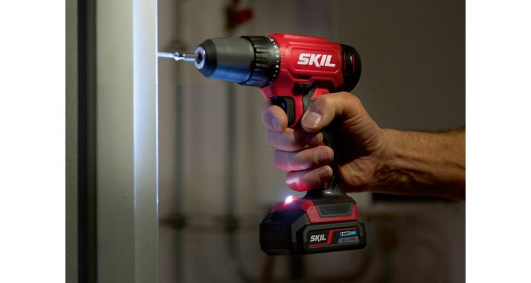 Taladro atornillador batería Skil 2740AA con luz LED para iluminar la zona de trabajo