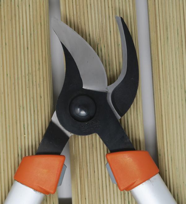 Tijeras de poda con corte bypass o corte deslizante apropiado para cortar ramas verdes y vivas